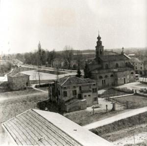 La vecchia canonica e la vecchia chiesa poco prima del loro abbattimento, riprese dalla nuova chiesa in costruzione